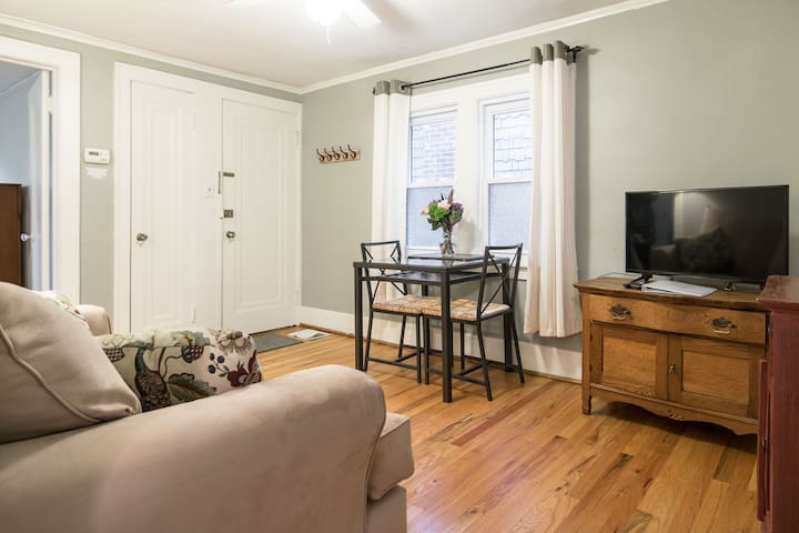 Cozy 2BR Upper Flat in Downtown Ferndale!