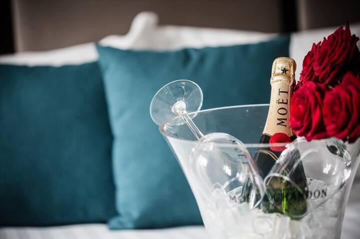 Une envie de célébrer un heureux évènement ? ça tombe bien on se charge du champagne frais et des coupes   A desire to celebrate a happy event ? All's good we take care of fresh champagne and glasses