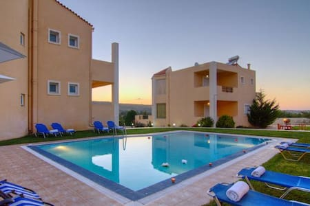 Spacious villas / 15 people / shared pool - Rethimno