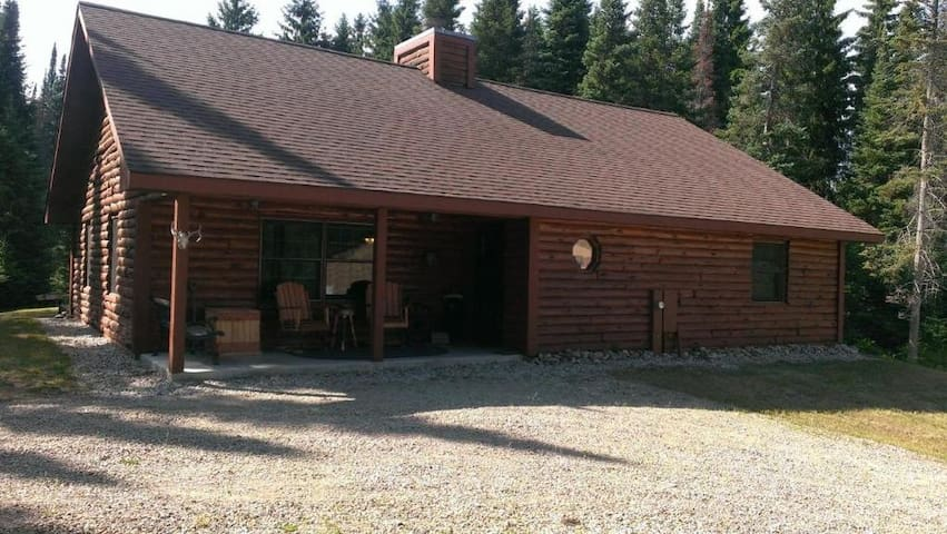 Beautiful Log Cabin Northwoods Retreat on 40 Acres