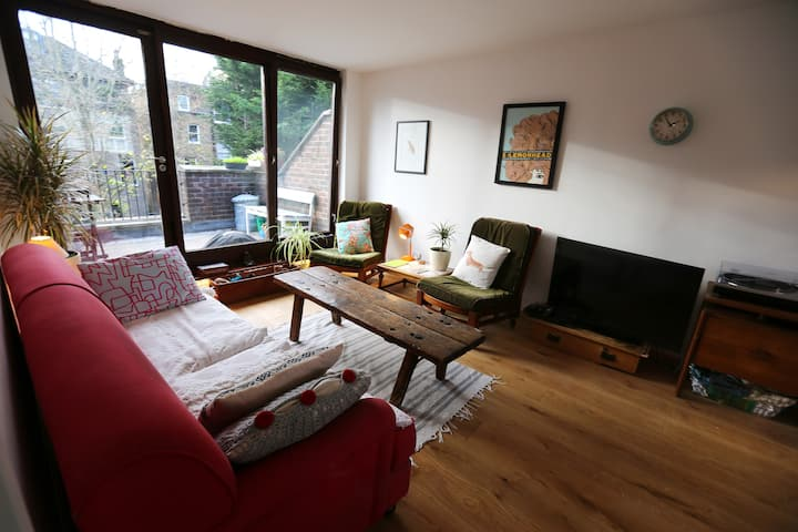 Trendy Notting Hill 2 Bed Apartment with Balcony