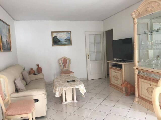 Chambre individuelle avec un lit simple