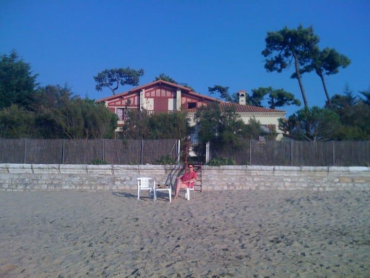 Villa face à la mer. Accés privé à la plage.