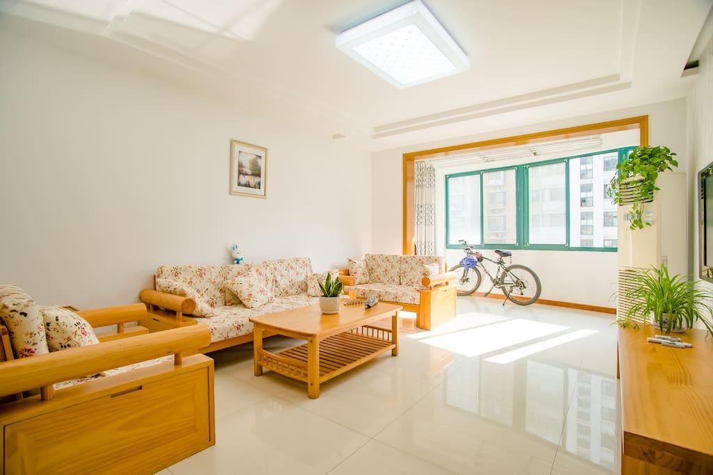 超大客厅,实木沙发,开放式阳台,阳光明媚