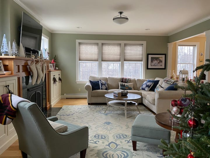 Cozy & Luxurious Home, Coveted area, Pet Friendly!