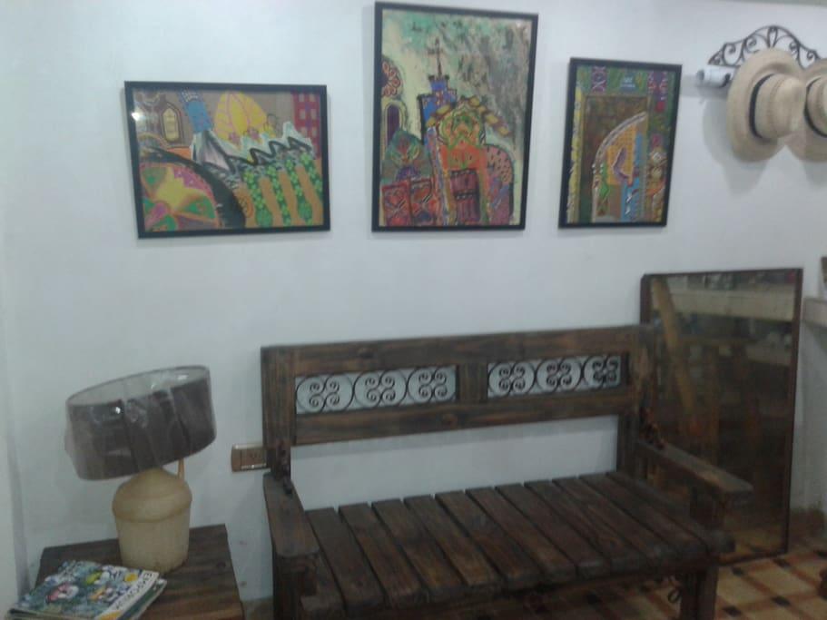 La entrada muy acogedora con pinturas tipicas y decoracion de madera