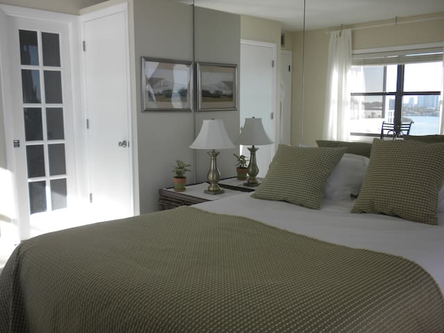Ocean-view bedroom + own bathroom in cool condo! - Clearwater - Appartement
