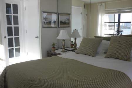 Ocean-view bedroom + own bathroom in cool condo! - Clearwater