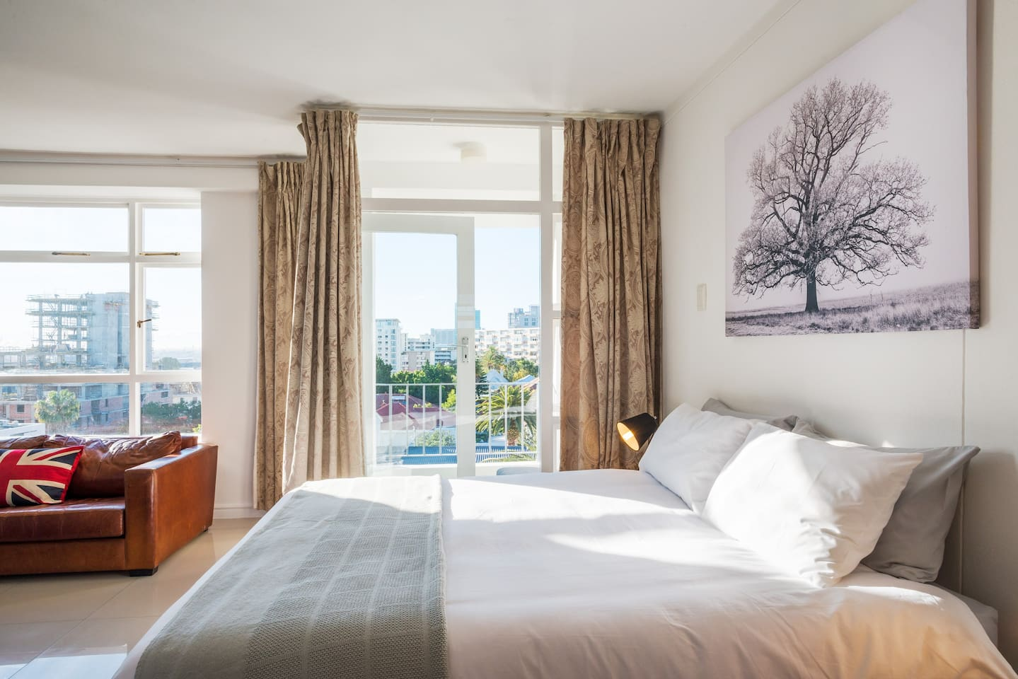 Large studio with queen size bed. Incl. Aircon, Fibre Wifi, Netflix & 2 free bicycles.
