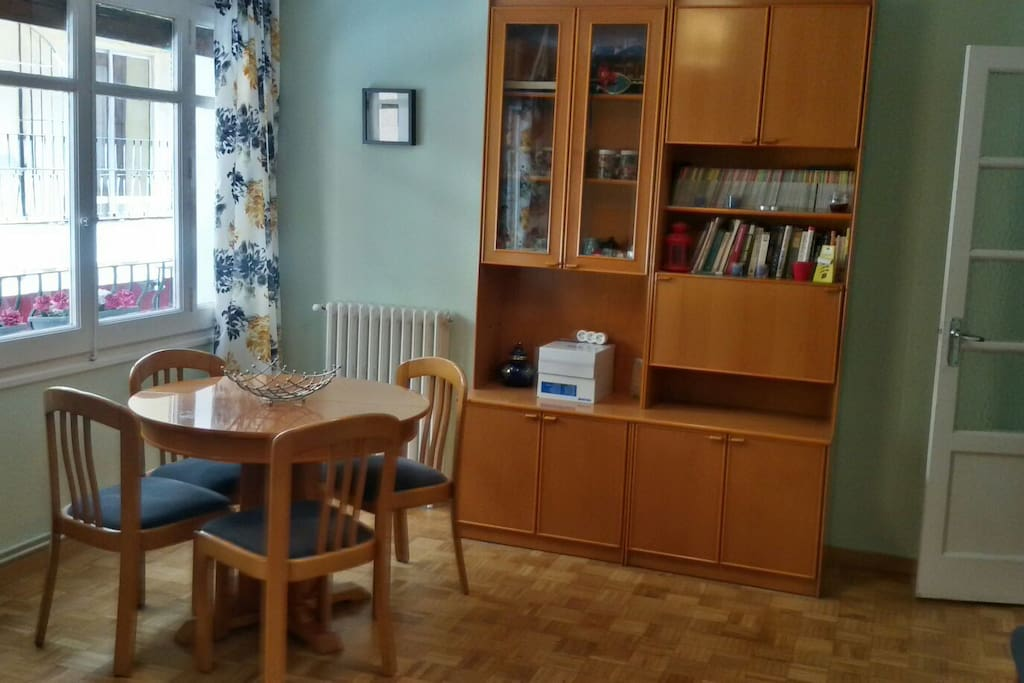 El comedor se encuentra en la zona del salón, todo el conjunto hace que la habitación sea muy espaciosa. Da a la calle principal. Tiene balcón.