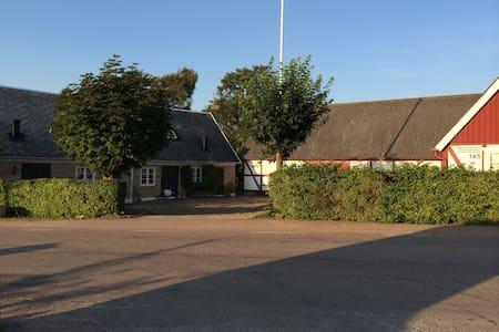 Charmigt hus i skånegård nära golf - Arild - Rumah