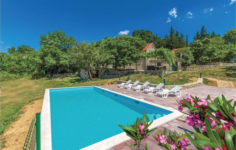 Holiday cottage with 4 bedrooms on 90m² in Otok