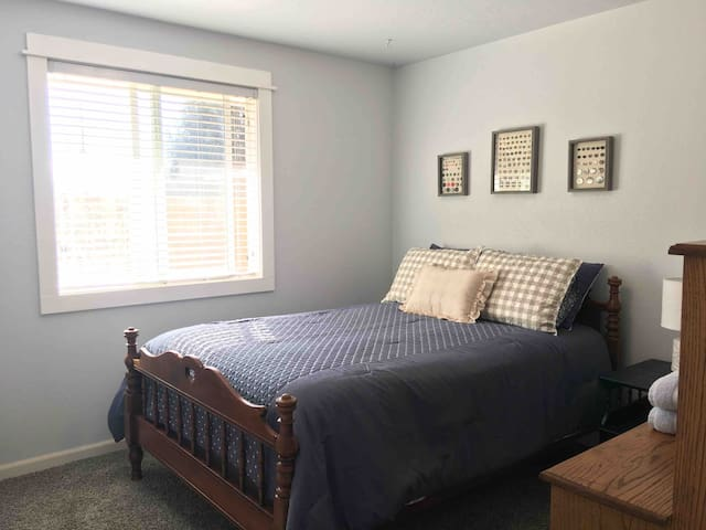 Blue room- cozy charm close to downtown Eagle