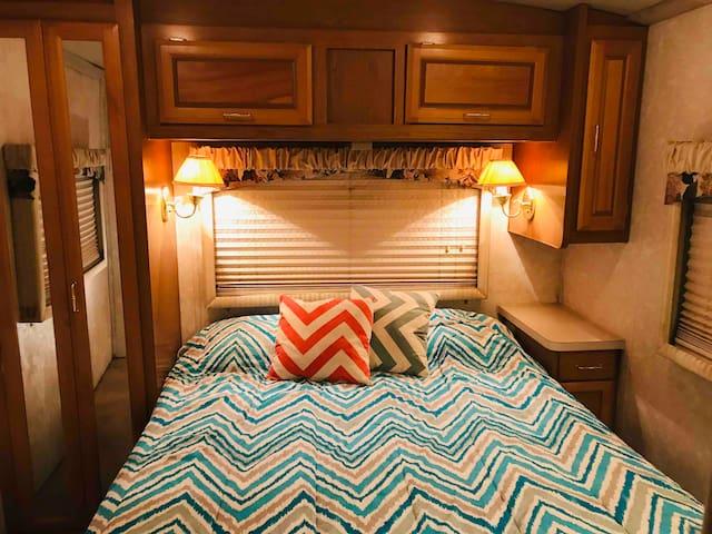 Cozy Motorhome + House Access