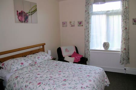 Double Room, 15min walk or tram to town centre