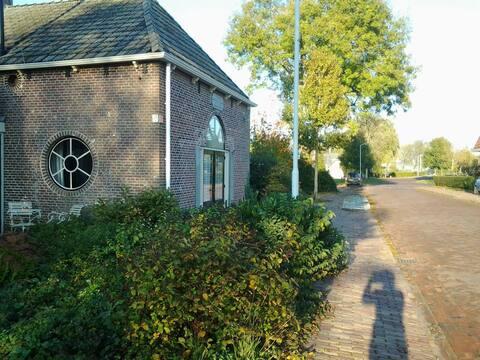 Sfeervol kerkje nabij de Friese landerijen.