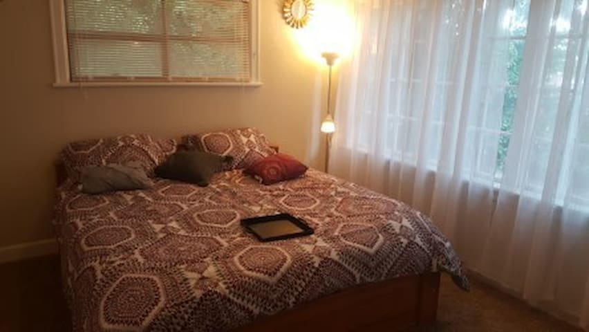 Private bedroom - 4 Blocks from light rail station