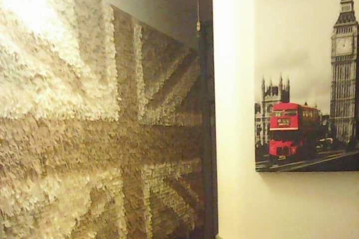 Private room in happy, creative flat share N22