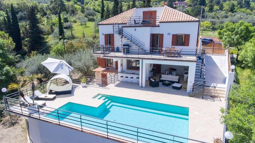 *Modern Mountaintop Villa with Pool*
