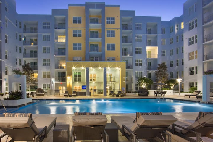 Upscale Condo Downtown Water View w/Balcony & Pool