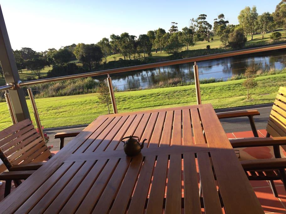 坐在二楼的阳台尽情享受咖啡、阳光