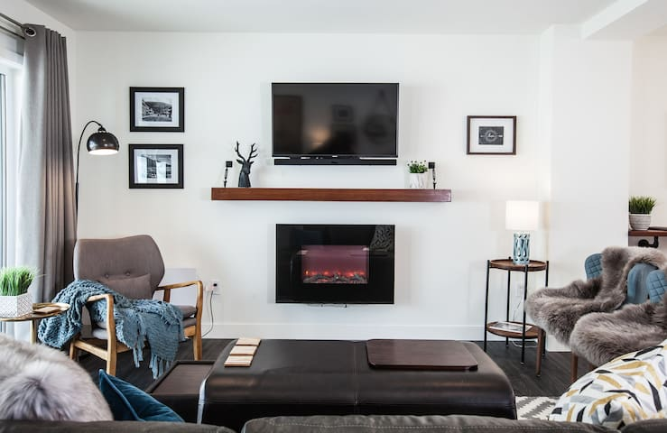 Living room with fireplace, TV, Satellite, Apple TV, Chromecast and Netflix