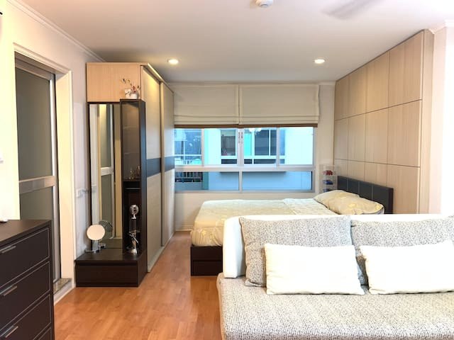 Private Condo 1.5km MRT Huai Khwang with free wifi