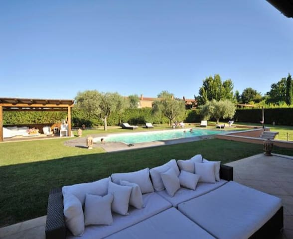 Villa with private swimming- pool. Max 6 peolple. - Roma
