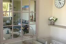 La salle à manger et son grand miroir d'orangerie