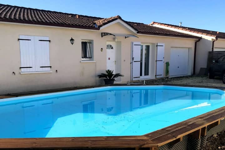 Pretty Holiday Home in St-Médard de Guizières with Pool