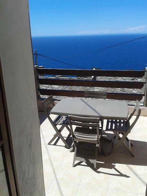 terrasse donnant sur la chambre vue panoramique de la mer