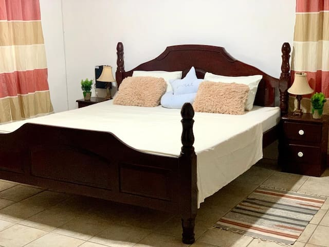 Cozy Room in Jamestown Park, Holetown