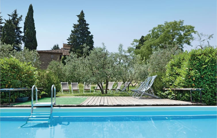 Semi-Detached with 7 bedrooms on 310 m²