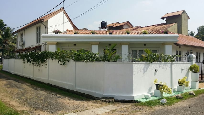 3Roomed fully furnished family home - Pannipitiya - Talo