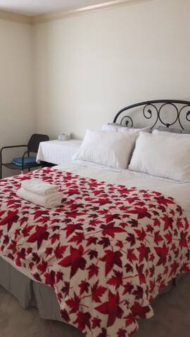 双人房公用卫生间 Queen bed with Shared Bath in Richmond