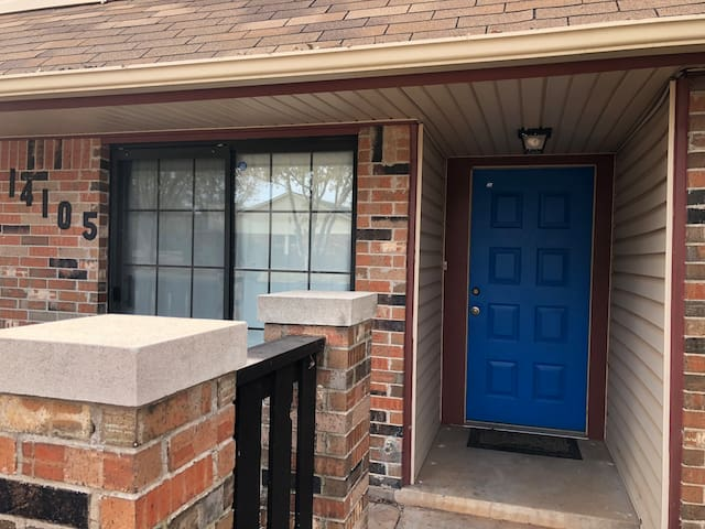 Nice townhouse near many N OKC top spots!