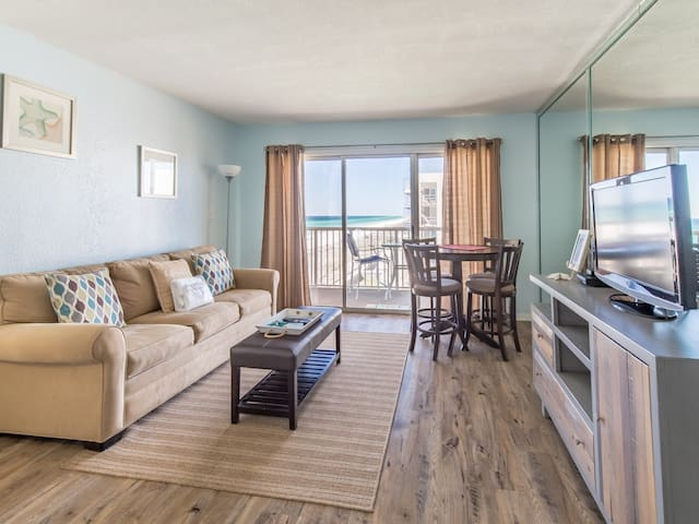 Comfortable beachfront unit, beach setup included, Quick drive to dining