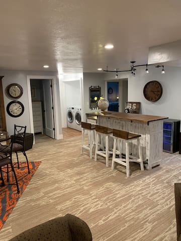 Breakfast nook and bar.