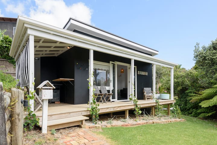 Rosie's cottage renovated with lovely sea views! - Whangaparaoa - Casa