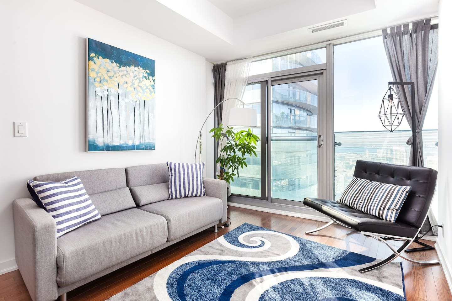 Impeccable 53rdfloor apartment in the heart of downtown