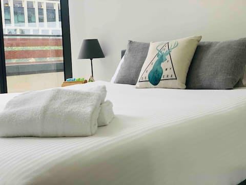 GREAT PRIVATE ROOM ,DOCKLANDS. FREE TRAM ZONE CBD