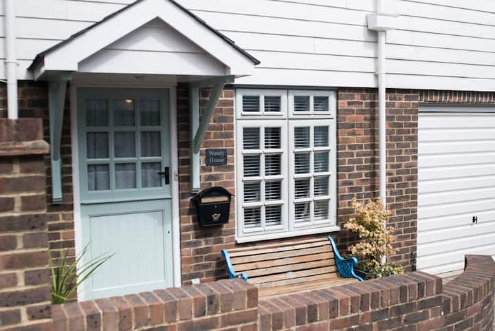 Charming, peaceful cottage in central Eastbourne