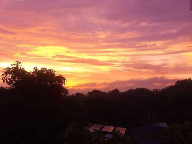 Vista de un precioso amanecer desde ventana de habitación 2.