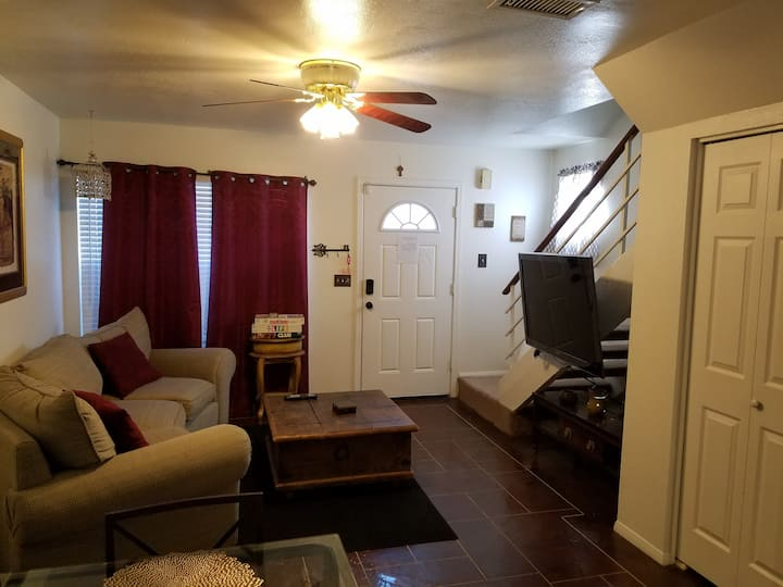 Cozy 2 bedroom Mesa townhome, near Cubs/Angels/A's