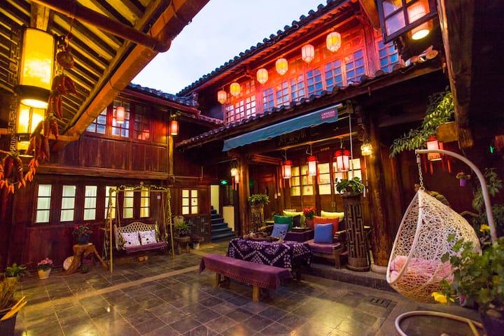 古城地理中心传统纳西老院落,安静精致,可住10人左右! - Lijiang - Huis
