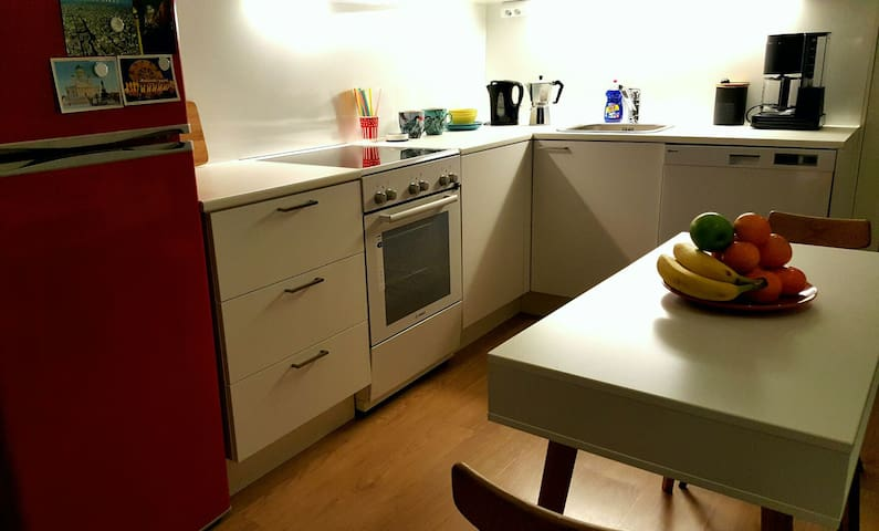 Lé kitchen view, and yes that is a dishwasher for those family & friends dinners!