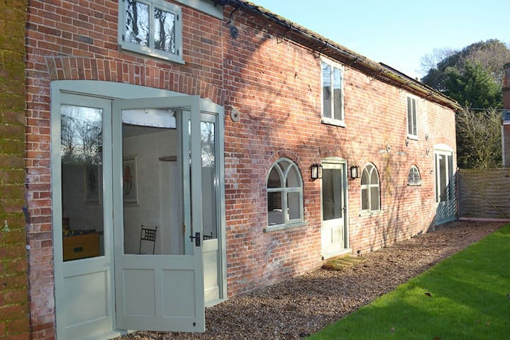 Lovingly converted detached coach house in peaceful North Norfolk village - Banningham - 獨棟