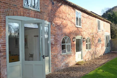 Lovingly converted detached coach house in peaceful North Norfolk village - Banningham - Huis
