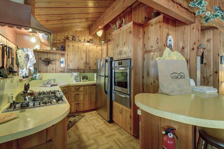 Serenity Cabin: 2 Bedrooms, Close to Hiking Trails