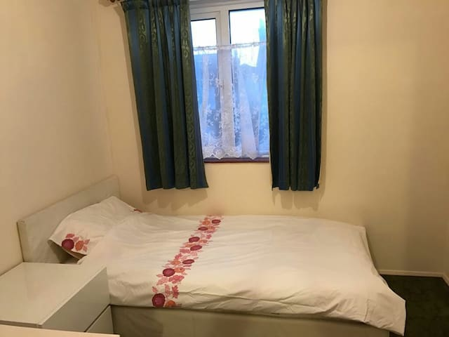 Single bed room close to amenities - london - Dom